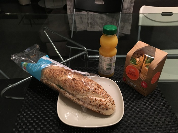 มื้อเย็น £3 มีขนมปัง น้ำ ผลไม้