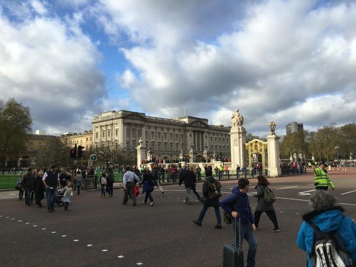 Buckingham Palace แต่มาไม่ทันเปลี่ยนการ์ด คนเข้าคิวเป็นล้าน วัดพระแก้วชิดซ้าย