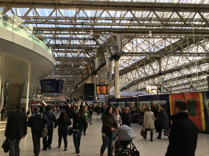เดินผ่านไป Waterloo Station