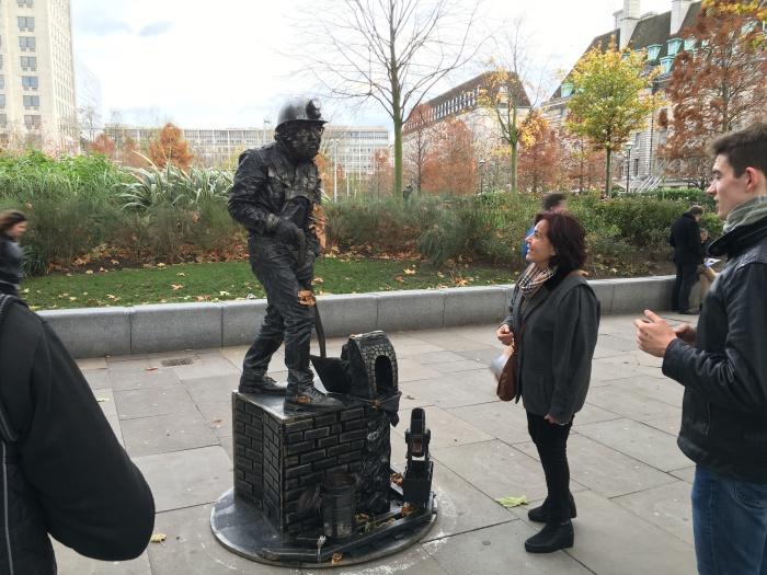 อันนี้เป็น street performer แถวๆ นั้น ที่ตลกคือนางยืนอยู่นานมากไม่มีคนยอมหยอดเหรียญ จนคุณป้าในรูปไปแตะๆ เขย่าตัวเค้าเลยโวยวายออกมา