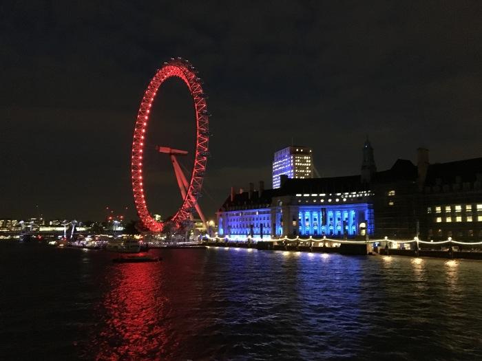 London Eye ยามค่ำคืน (เป็นสีแดงเพราะโค้กเป็นสปอนเซอร์)