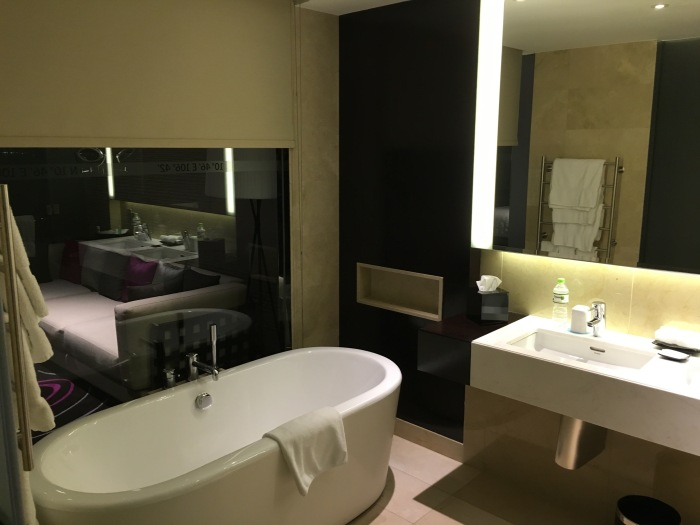 ห้องน้ำ มีอ่างอยู่ข้างนอก ต้องมีกระจกทะลุไปข้างนอกเพื่อความโปร่งสบายตามสมัยนิยม