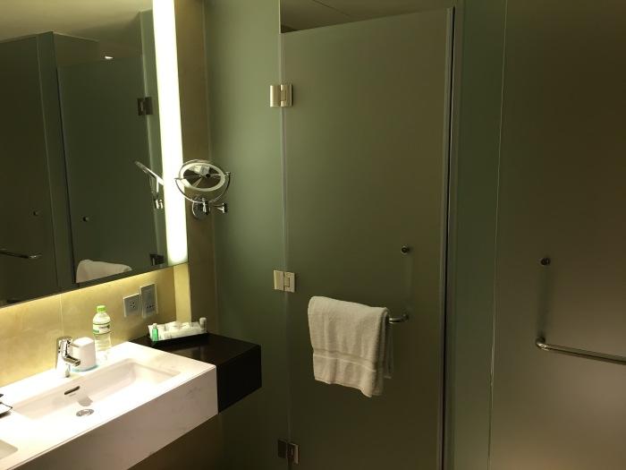 ห้องอาบน้ำ กับห้องส้วม ติดตรงที่ว่าห้องส้วมไม่มีที่ฉีดก้น